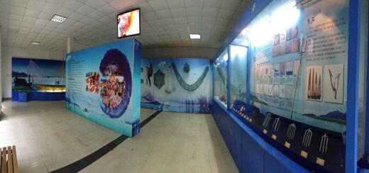 """长沙海底世界是湖南唯一的大型海洋科普教育馆。2002年4月8日中国海洋学会批准该馆为""""中国海洋学会长沙海洋科普教育基地""""2005年11月16日统一更名为""""全国海洋科普教育基地""""。 长沙海底世界由海洋馆、科教馆、水上乐园、儿童乐园组成。是一个集观赏、游乐、科普、休闲于一体的现代化海洋主题公园,也是湖南省重要的精神文明建设基 地和影视拍摄基地。海洋馆集中了上数百种、逾万尾的海洋鱼及一些名贵珍稀的淡水鱼类。该馆经常性开展海洋科普知识宣传活动,为广大人民群众及学生提"""